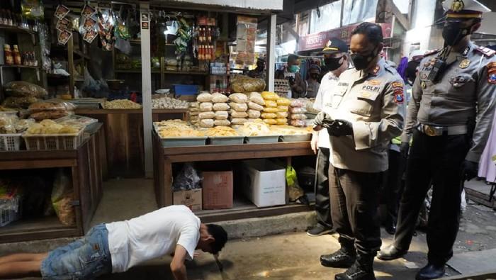 Polisi di Bojonegoro  masih mengandalkan strategi blusukan ke pasar dan perkampungan untuk membagi masker untuk mendorong masyarakat mematuhi protokol kesehatan dan operasi yustisi terus ditingkatkan