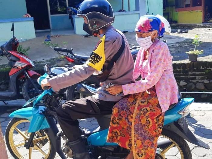 Polisi Jemput Bola Vaksinasi Lansia Banyuwangi Upaya Penuhi Target