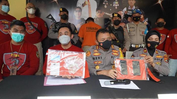 Polresta Mataram menangkap dua pria yang memeras mantan bos dengan modus menyebarkan video porno (dok Istimewa)