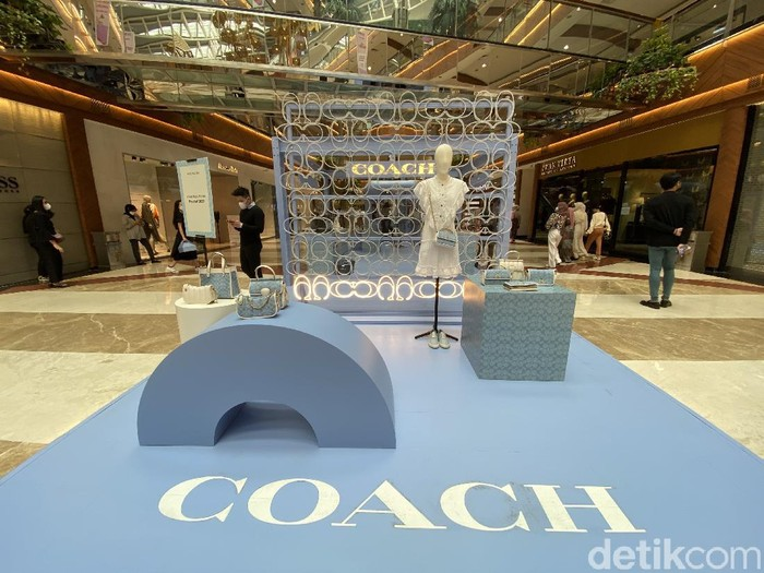 pop-up store Coach Pre-fall 2021