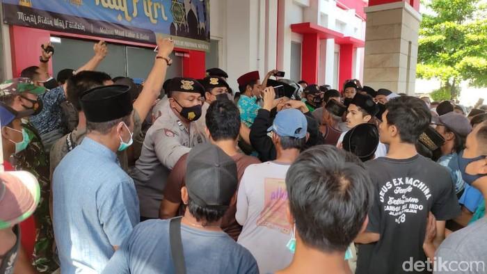 Ratusan warga Jember mendatangi RSD Kalisat. Mereka hendak mengambil paksa jenazah kepala kusun (kasun) yang dinyatakan positif COVID-19.