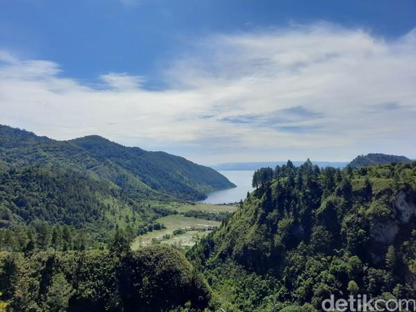 Pemandangan Danau Toba dan sejuknya udara pegunungan dapat dengan jelas kamu rasakan di sini. Sembari mengistirahatkan fisik, batin pun terhibur dengan nuansa alam yang asri.