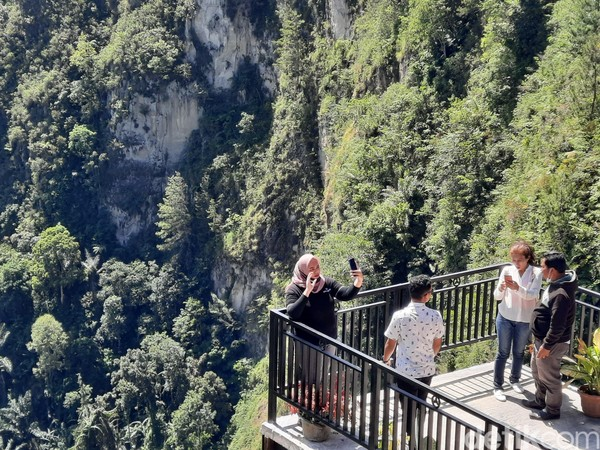 Tak cuma wisatawan domestik, wisatawan mancanegara juga kerap datang ke Adian Nalambok.