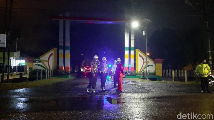 Suasana di sekitar pintu gerbang kawasan Industri Cilacap pasca-kebakaran tangki kilang Pertamina, Jumat (11/6/2021).