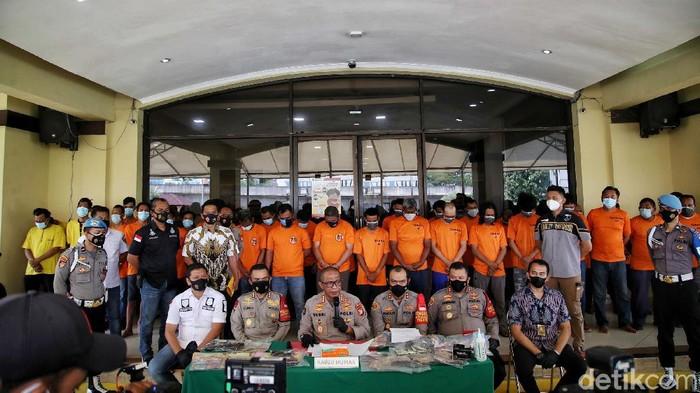 Kabid Humas Polda Metro Jaya Yusri dan Kapolres Metro  Jakarta Utara Guruh Arif Darmawan melakukan rilis kasus penangkapan pelaku pungutan liar (pungli) supir kontainer di kawasan Polres Jakarta Utara, Jumat (11/6).