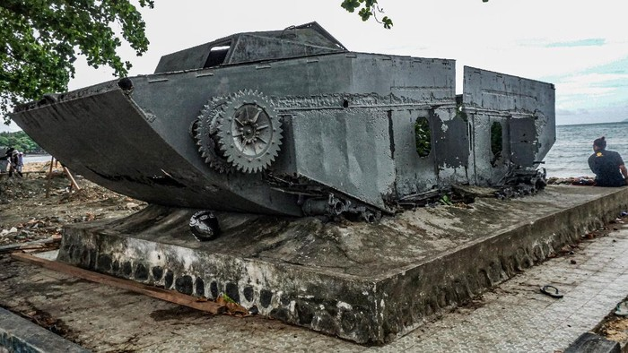 Dua bocah berbincang di depan tank bekas Perang Dunia II di Hamadi Angkatan Laut, Kota Jayapura, Papua, Jumat (11/6/21). Tank bekas PD-II itu menjadi saksi bisu pendaratan pertama tentara sekutu di bawah pimpinan Jendral Douglas Mac Arthur pada 22 April 1944 di Hollandia (Jayapura). ANTARA FOTO/ Indrayadi TH/pras.