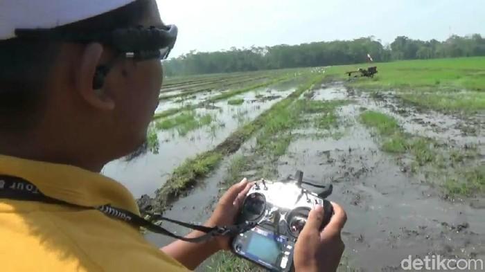 Petani di Pasuruan menjadikan traktor pembajak sawah bisa dikendalikan menggunakan remot kontrol. Mesin itu juga disebut traktor siluman.