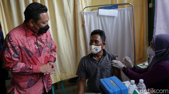 Wakil Ketua Komisi IX Dewan Perwakian Rakyat Charles Honoris meninjau pelaksanaan vaksinasi di Rusun Marunda, Jakarta Utara.