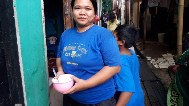 Warga Cakung Barat, Haryati yang terdampak gangguan air PAM.