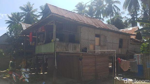 Warga Kabupaten Polewali Mandar, Sulbar, bernama Supri (57) hanya bisa terbaring di rumahnya. Janda 5 anak ini sudah lebih enam bulan mengidap tumor di leher. (Abdy/detikcom)