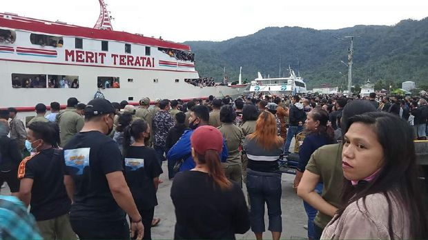 Warga memadati Pelabuhan Nusantara Tahuna, Sulut, untuk menyambut kedatangan jenazah Wabup Kepulauan Sangihe, Helmud Hontong (dok Istimewa)