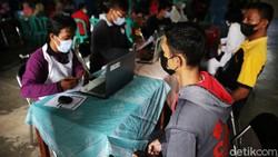 Vaksinasi terus dilakukan di tengah melonjaknya kasus positif COVID-19. Kali ini, vaksinasi dilakukan terhadap warga yang tinggal di Rusun Marunda, Jakut.