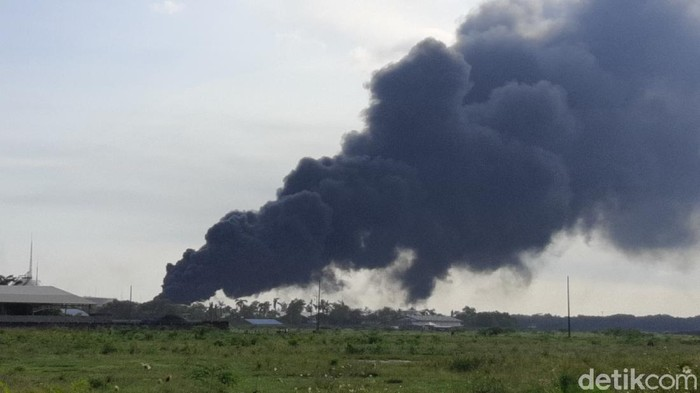 Asap hitam masih membubung dari kawasan kilang Pertamina RU IV Cilacap, Sabtu (12/6/2021) pukul 15.45 WIB