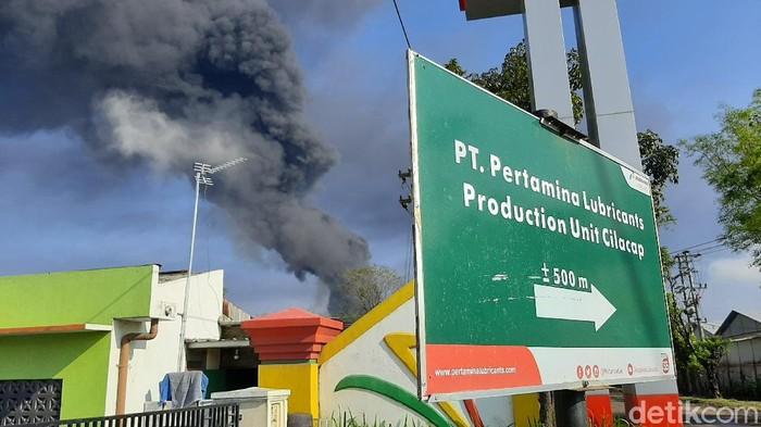 Asap hitam masih membubung dari kawasan kilang Pertamina RU IV Cilacap, Sabtu (12/6/2021).
