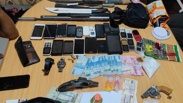Barang bukti yang disita polisi saat gerebek kampung narkoba di Sumsel