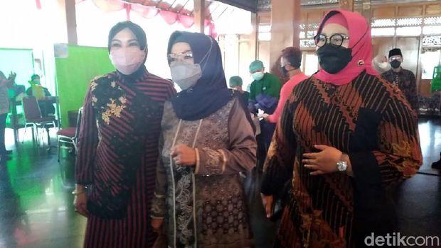 Bupati Sragen Kusdinar Untung Yuni Sukowati, Bupati Sukoharjo Etik Suryani, dan Bupati Klaten Sri Mulyani di acara vaksinasi Solo yang dihadiri Puan Maharani, Sabtu (12/6/2021)