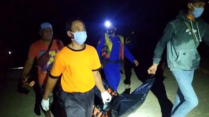 Evakuasi mayat pria di Pantai Ngluwen Gunungkidul, Sabtu (12/6/2021) dini hari