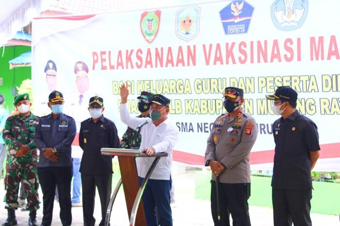 Gubernur Kalimantan Tengah (Kalteng) H. Sugianto Sabran maraton mengunjungi sejumlah daerah untuk meninjau langsung vaksinasi COVID-19 di tiga lokasi berbeda.