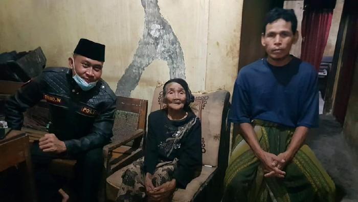 Kapolsek Randudongkal, AKP Trino Winarno bersama Nenek Tawen dan anak bungsunya Karyadi, Jumat (11/6/2021).
