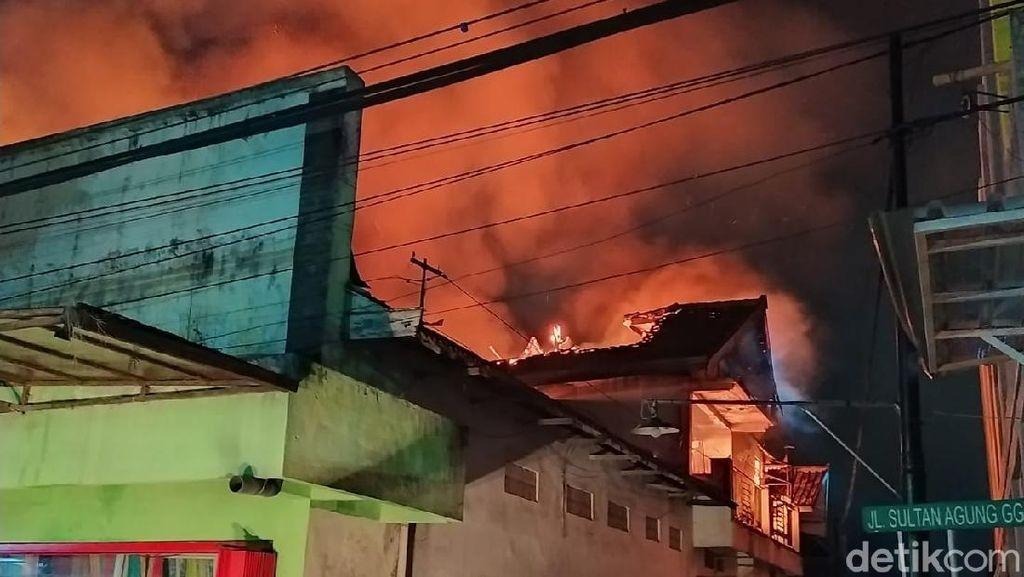 Toko Kain di Ponorogo Terbakar Hebat, Api Merambat ke 3 Rumah