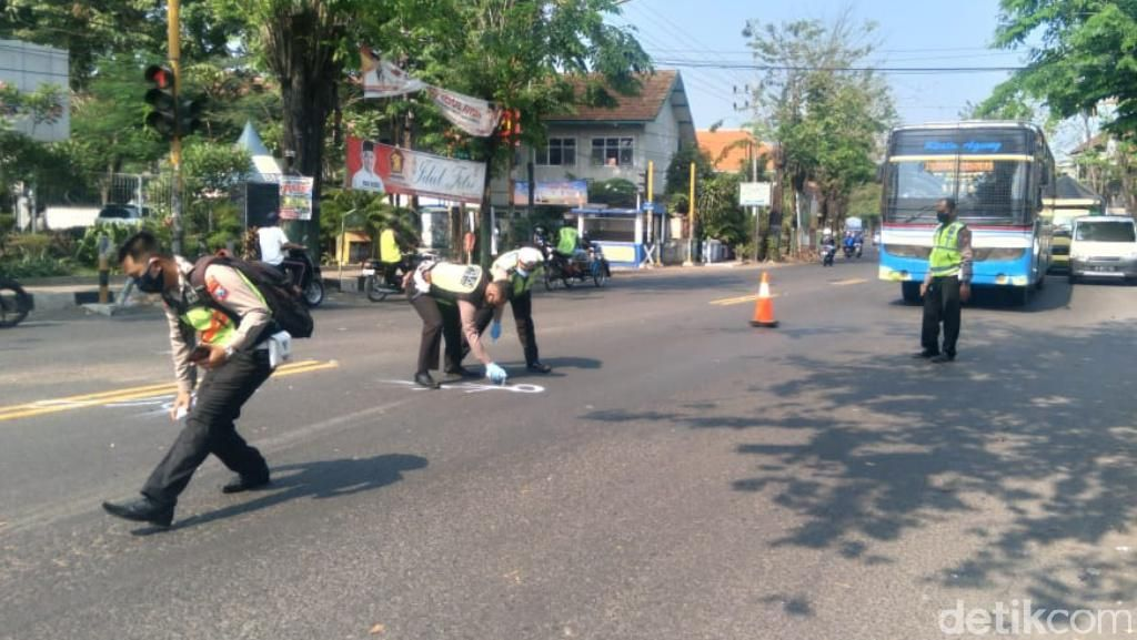 5 Kendaraan Kecelakaan Beruntun di Pasuruan, Seorang Guru Tewas
