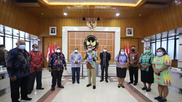 Mahfud Md berdialog dengan Majelis Rakyat Papua (MRP) di kantornya.