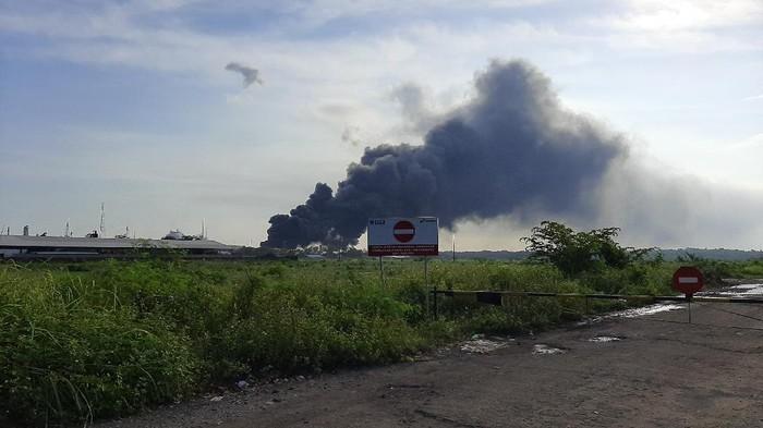 Dirut Pertamina Nicke Widyawati  memberi keterangan usai mengecek kebakaran tangki kilang Cilacap.