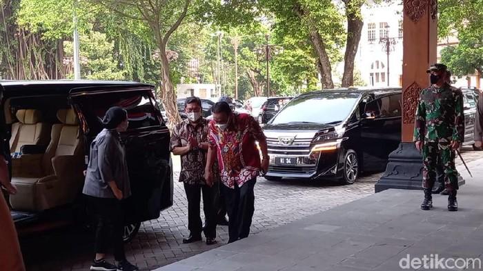 Ketua DPR RI Puan Maharani disambut Ketua DPP PDIP Jateng Bambang Pacul