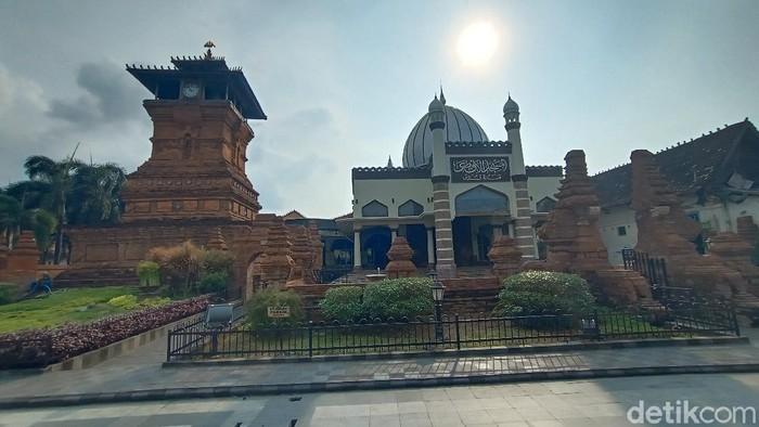 Kompleks Masjid, Menara, dan Makam Sunan Kudus. Foto diambil Sabtu (12/6/2021).