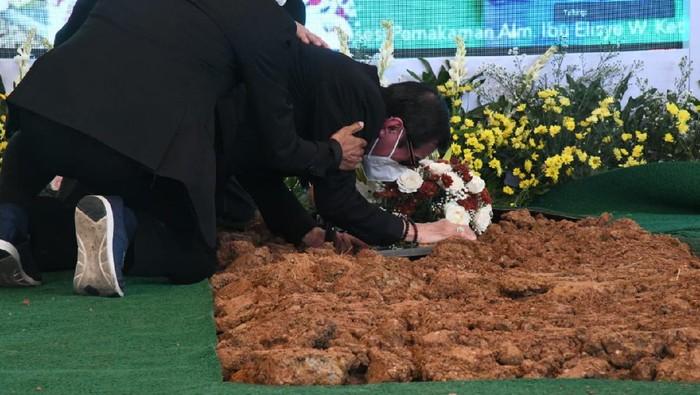 Menkumham Yasonna Laoly menangis di atas pusara sang istri