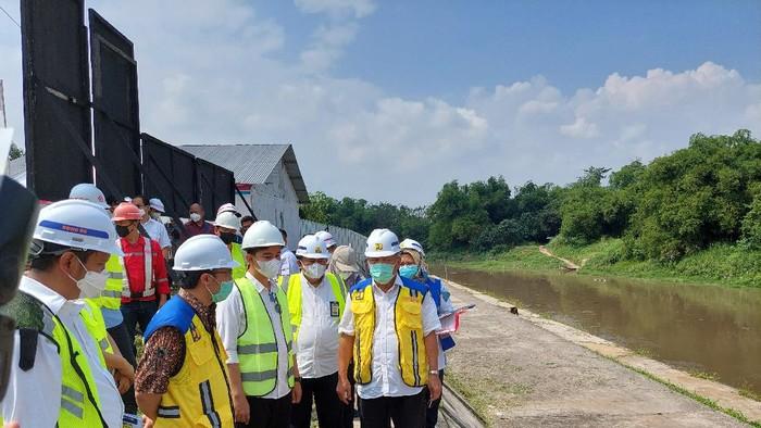 Menteri PUPR Basuki Hadimuljono bareng Wali Kota Solo Gibran Rakabuming Raka blusukan ke proyek antibanjir