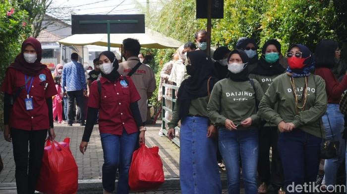 Saat ini Kabupaten Bandung Barat (KBB) berada di zona merah atau risiko tinggi penyebaran COVID-19. Namun, warga tetap memadati objek wisata di kawasan Lembang.