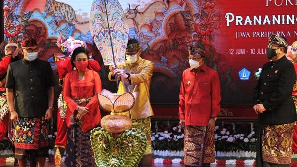 Menteri Pariwisata dan Ekonomi Kreatif Sandiaga Salahuddin Uno menghadiri langsung pembukaan Pesta Kesenian Bali ke-43 di Taman Budaya Bali, Denpasar, Bali.