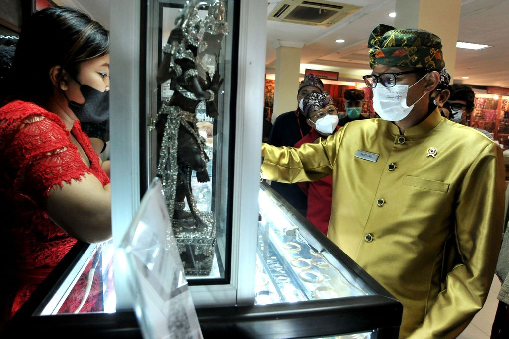 Perajin menyelesaikan pembuatan kain tenun saat pameran Industri Kecil Menengah (IKM) dalam rangkaian kegiatan Pesta Kesenian Bali ke-43 di Taman Budaya Bali, Denpasar, Bali, Sabtu (12/6/2021). Pameran IKM yang diikuti puluhan pelaku IKM dari berbagai daerah di Bali tersebut diselenggarakan untuk membantu perekonomian pelaku IKM yang terdampak pandemi COVID-19 dan mempromosikan berbagai produk unggulan khas Bali seperti kain tenun, perak, anyaman serta olahan pangan. ANTARA FOTO/Fikri Yusuf/rwa.