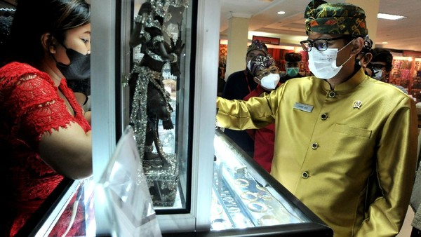 Menteri Pariwisata dan Ekonomi Kreatif Sandiaga Salahuddin Uno meninjau produk kerajinan yang dipameran dalam rangkaian kegiatan Pesta Kesenian Bali.