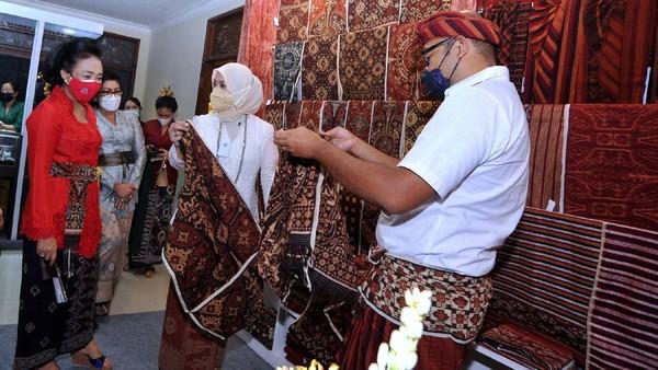 Menteri Pemberdayaan Perempuan dan Perlindungan Anak I Gusti Ayu Bintang Darmawati meninjau stan pameran Industri Kecil Menengah (IKM) dalam rangkaian kegiatan Pesta Kesenian Bali.