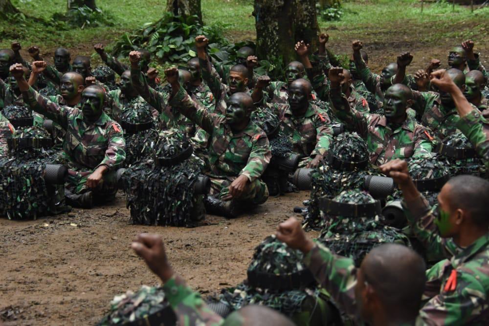 Panglima Kodam XVIII/Kasuari Mayjen TNI I Nyoman Cantiasa memberi arahan kepada siswa Pendidikan Kejuruan Bintara Kecabangan Infanteri (Dikjurbaif) lulusan Bintara Otonomi Khusus (Otsus) Kodam XVIII/Kasuari, Papua Barat (dok Kodam Kasuari)