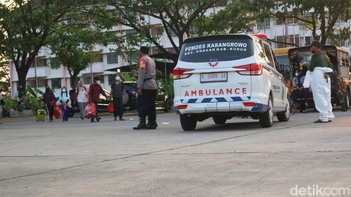 Pemberangakatan pasien COVID Kudus ke Asrama Haji Donohudan, Boyolali, Kamis (10/6/2021)