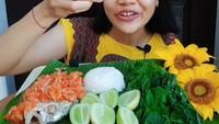 Sering Dikaitkan dengan Hal Mistis, Wanita Ini Cuek Makan Lalapan Bunga