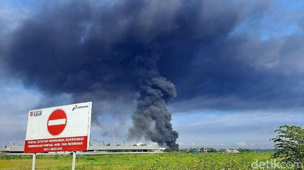 Tangki Pertamina di Cilacap, Jawa Tengah terbakar Jumat malam (11/6/2021). Pertamina menjelaskan jika tangki yang terbakar merupakan tempat memproduksi benzene.