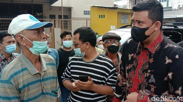 Walkot Medan Bobby Nasution meminta bangunan di atas parit di Kelurahan Pandau Hulu II, Medan Area, dibongkar. Dia sempat dirayu pemilik kafe. (Ahmad Arfah/detikcom)