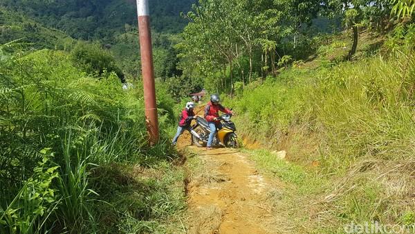 Untuk menjangkau tempat wisata alam ini, hanya dapat dilakukan dengan mengendarai sepeda motor.