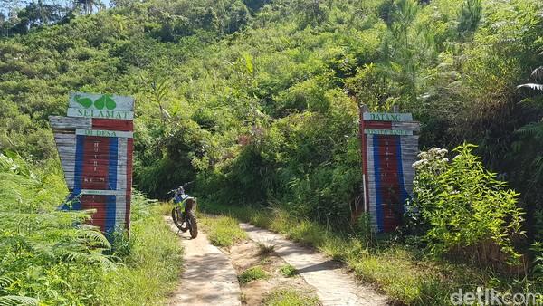 Kabupaten Mamasa memiliki banyak potensi wisata alam yang memesona, salah satunya bernama Air Terjun Salu Dambu.