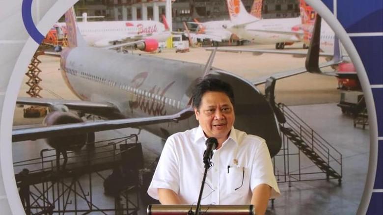 Menteri Koordinator Bidang Perekonomian yang juga Ketua Komite Penanganan Covid-19 dan Pemulihan Ekonomi Nasional (KPCPEN) Airlangga Hartarto menyerahkan Peraturan Pemerintah Nomor 67 dan Nomor 68 terkait Kawasan Ekonomi Khusus (KEK) Batam Aero Technic (BAT) dan Nongsa Digital Park di Kota Batam Kepulauan Riau, Sabtu (12/6)