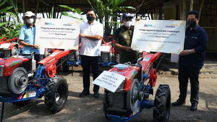 Para petani di Pamarican, Ciamis, mendapat bantuan hand tractor dan hammer mill. Penyerahan bantuan ini dilakukan oleh Menteri BUMN Erick Thohir.