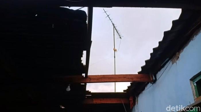 Atap sejumlah rumah di Sukabumi rusak diterjang puting beliung