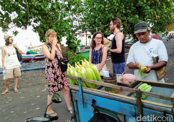 Wisatawan asing lebih banyak yang memanfaatkan kunjungannya untuk berkeliling jalan-jalan di Desa Wonorejo. Menikmati suasana pedesaan. Bahkan, mereka kadang ikut memerah susu sapi, membajak, maupun ikut memproses ikan tangkapan nelayan.