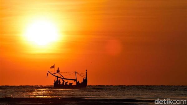 Salah satu potensi wisata lainnya yakni, dari desa ini dapat menyaksikan matahari terbit dengan sempurna. Tanpa terhalang apapun. Itulah sebabnya, kawasan ini sering disebut Sanur-nya pulau Jawa. (Chuk Shatu Widarsha/detikTravel)