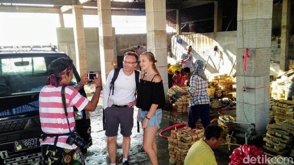 Uniknya, di desa yang berbatasan langsung dengan Selat Bali ini ada 5 agama yang dipeluk warganya yakni Islam, Kristen, Katolik, Hindu, serta Buddha. Masing-masing memiliki tempat ibadah yang saling berdekatan. Tanpa merasa terganggu satu sama lain. (Chuk Shatu Widarsha/detikTravel)