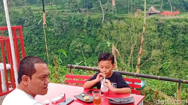 Terletak di ketinggian sekitar 1.800 mdpl, dusun Gir Pasang memang tengah diganderungi wisatawan. Dusun dengan penghuni 12 kepala keluarga (KK) itu jauh dari hiruk-pikuk perkotaan. Suasananya pun masih sangat alami.